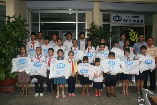 Các em học sinh tiêu biểu chụp ảnh lưu niệm với các cô chú ở Quỹ CEP