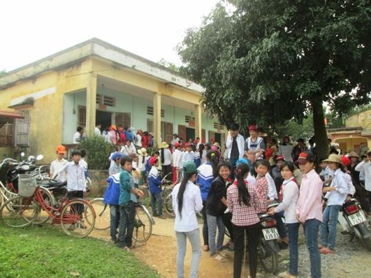 Người dân thôn 6 vây kín trụ sở UBND xã Yên Lạc để