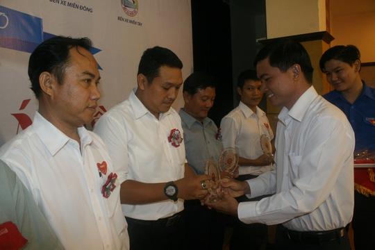 Ông Nguyễn Ngọc Bảo, Phó Ban Tuyên giáo LĐLĐ TP HCM, tặng kỷ niệm chương của Samco cho các cá nhân nhiều năm tham gia hiến máu nhân đạo