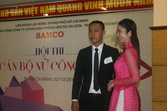 Các thí sinh trình diễn trang phục công sở tại hội thi Cán bỗ nữ công giỏi do CĐ SAMCO tổ chức