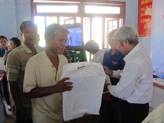 Đại diện Tổng Công ty Phát điện 2 trao quà cho ngư dân Lý Sơn đang ngày đêm bám biển Hoàng Sa – Trường Sa.