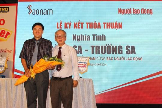Ông Lưu Bá Tòng, Phó Tổng Biên tập Báo Người Lao Động, tặng hoa cho ông Nguyễn Đức Khiêm - Giám đốc Công ty Sao Nam