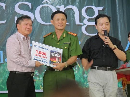 Doanh nhân Hồ Văn Trung (trái) tặng 1000 cuốn sách Gian truân là thử thách thư viện trại giam Xuyên Mộc