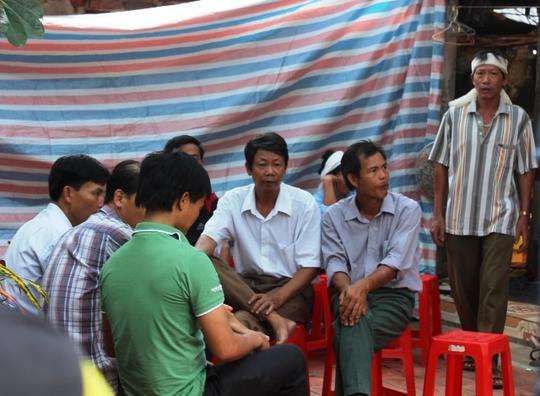 Hàng xóm đến chia buồn với gia đình ông Nguyễn Huy Huê