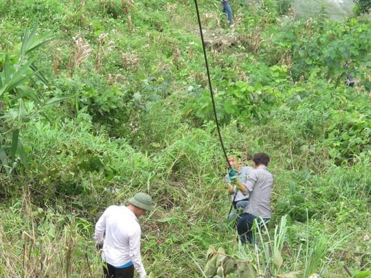 Lực lượng cứu hộ kéo dây cáp xuống khu vực xe rơi