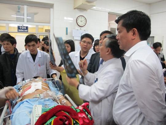 Các bác sĩ xem phim chụp một bệnh nhân bị chấn thương nặng do TNGT