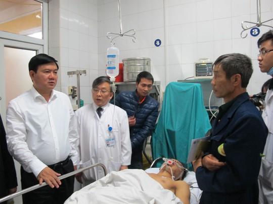 Bộ trưởng Giao thông vận tải Đinh La Thăng thăm hỏi bệnh nhân TNGT tại BV Việt Đức
