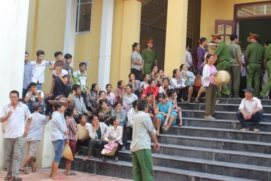 Rất đông người dân đã có mặt để theo dõi phiên tòa