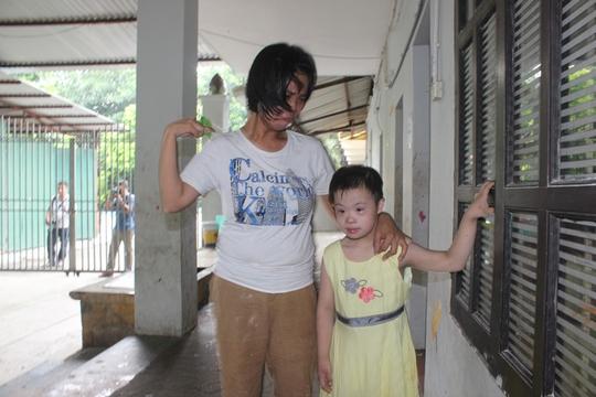 Người trông trẻ khóc oà khi dẫn một cháu bé ra để kiểm tra