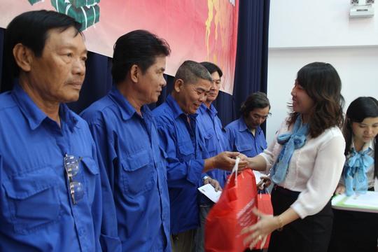 Bà Hồ Bích Ngọc, Chủ tịch LĐLĐ quận 1, TP HCM, tặng quà cho đoàn viên nghiệp đoàn xe ôm