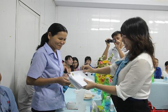 Bà Hồ Bích Ngọc, Chủ tịch LĐLĐ quận 1, TP HCM tặng quà cho công nhân không có điều kiện về quê ăn Tết