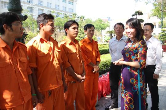 Bà Hồ Thị Bích Ngọc, Chủ tịch LĐLĐ quận 1, TP HCM, thăm hỏi công nhân vệ sinh   trực ở đường hoa Nguyễn Huệ
