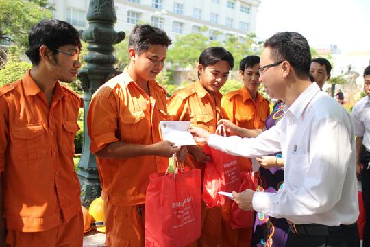 Ông Nguyễn Thành Đô, Phó Chủ tịch LĐLĐ quận 1, TP HCM, tặng quà cho công nhân làm Tết