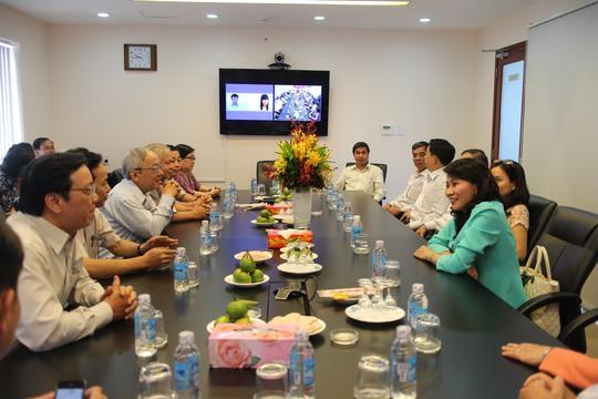 Chủ tịch LĐLĐ TP HCM Nguyễn Thị Thu (bìa phải) thăm hỏi tập thể cán bộ, phóng viên, nhân viên Báo Người Lao Động