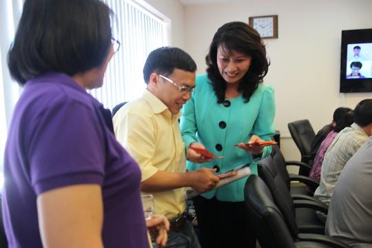 Chủ tịch LĐLĐ TP HCM Nguyễn Thị Thu tặng bao lì xì cho các cán bộ chủ chốt của Báo Người Lao Động