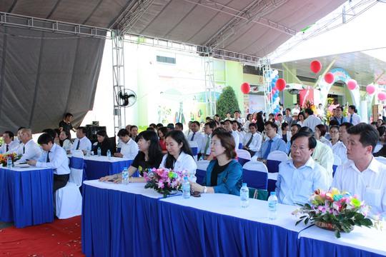 Đại diện SATRA, BIDV và các khách hàng thân thiết tham dự lễ ra mắt thẻ đồng thương hiệu SATR - BIDV
