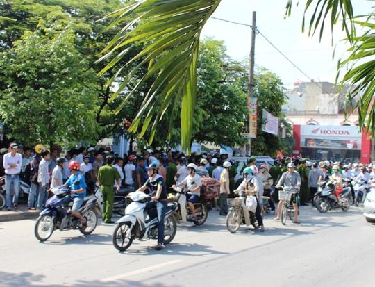 Hàng trăm người dân bức xúc vây kín chiếc xe biển xanh