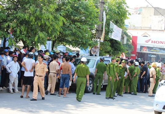 Hàng chục chiến sĩ công an được điều đến hiện trường để làm rõ vụ việc và bảo vệ chiếc xe trước sự hung hãn của người dân