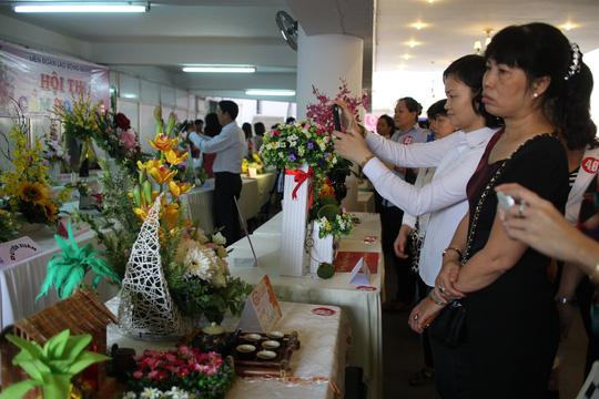 Các bình hoa đoạt giải được LĐLĐ quận 1, TP HCM tổ chức bán đấu giá để gây Quỹ học bổng Nguyễn Đức Cảnh