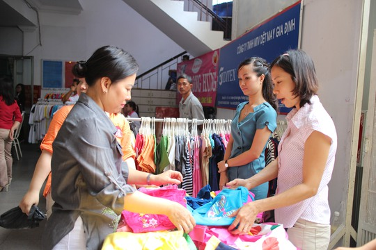 CNVC-LĐ tham gia mua sắm tại Ngày hội nữ CNVC-LĐ quận 1