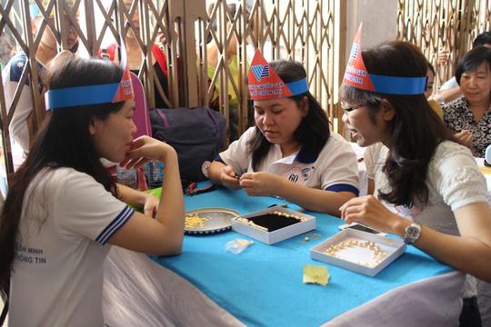 Các thí sinh tham gia Hội thi Kết vòng trang sức
