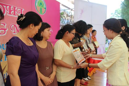 Bà Huỳnh Thị Ngọc Liên, Trưởng Ban Nữ công LĐLĐ TP HCM, trao giấy khen cho các đơn vị có thành tích