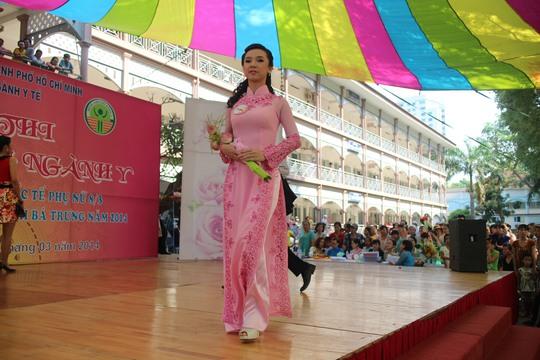 Thí sinh trình diễn trang phục truyền thống trong Hội thi