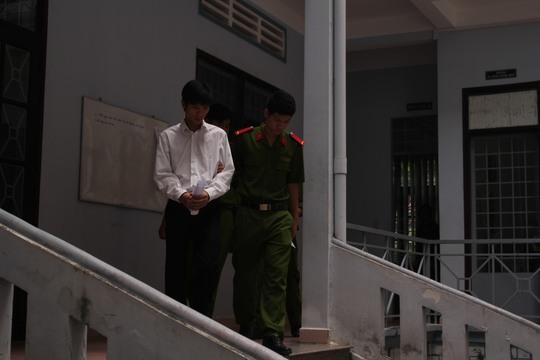 Phương bị dẫn giải ra xe cảnh sát sau phiên xử