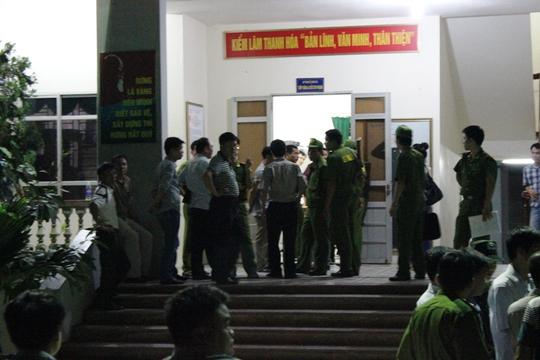 Lực lượng công an đang khám xét tại trụ sở Đội kiểm lâm cơ động số 1