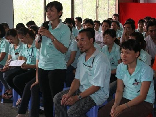 Đoàn viên Công đoàn đóng góp ý kiến xây dựng thỏa ước lao động tập thể tại doanh nghiệp