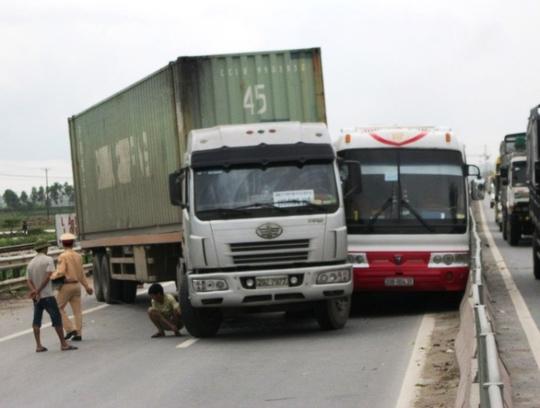 Hiện trường vụ tai nạn khiến hàng chục hành khách được 1 phen hú vía