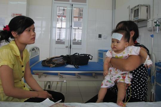 Cháu Như đang điều trị tại bệnh viện