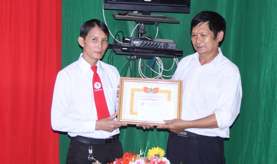 Tài xế taxi Minh (bìa trái) đã trả lại gần 200 triệu đồng cho khách bỏ quên
