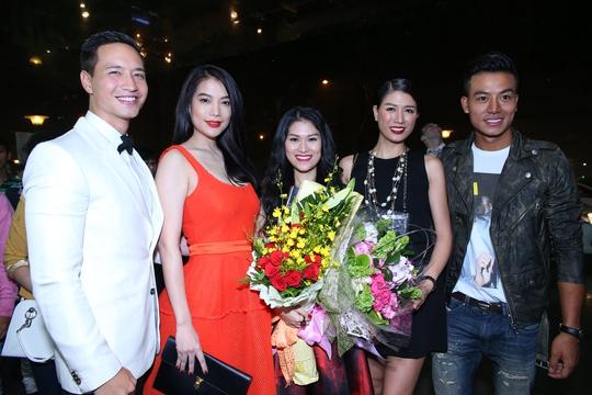 Trương Ngọc Ánh, Trang Trần mang hoa tới chúc mừng gương mặt mới của điện ảnh - diễn viên Ngọc Thanh Tâm.