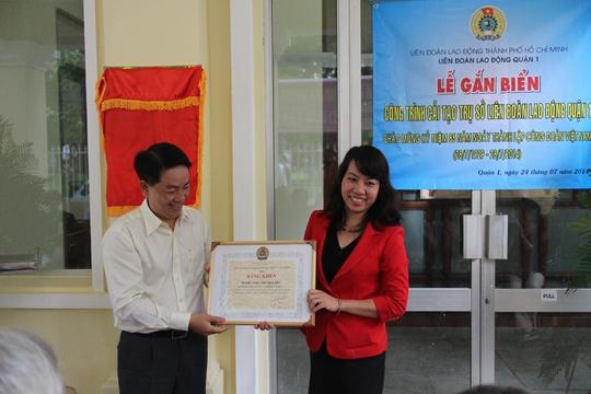 Ông Kiều Ngọc Vũ, Phó Chủ tịch LĐLĐ TP HCM, trao bằng khen gắn biển công trình cho LĐLĐ quận 1, TP HCM