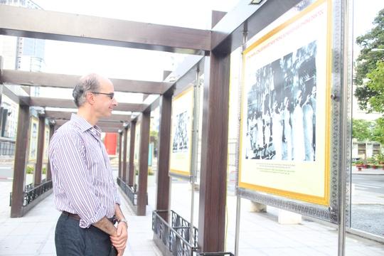 Khách nước ngoài cũng chú ý đến hình ảnh chương trình triển lãm
