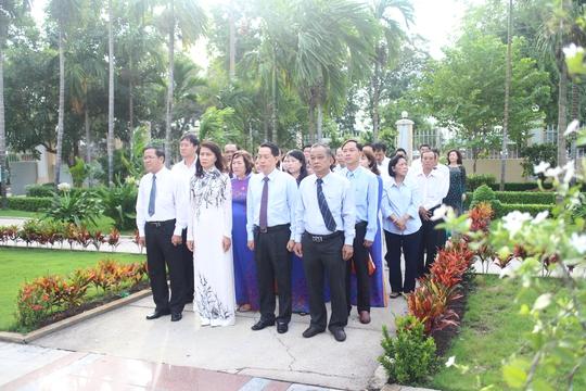 Đoàn đại biểu LĐLĐ TP HCM do bà Nguyễn Thị Thu, Chủ tịch LĐLĐ TP, dẫn đầu đến dâng hoa tại tượng đài bác Tôn