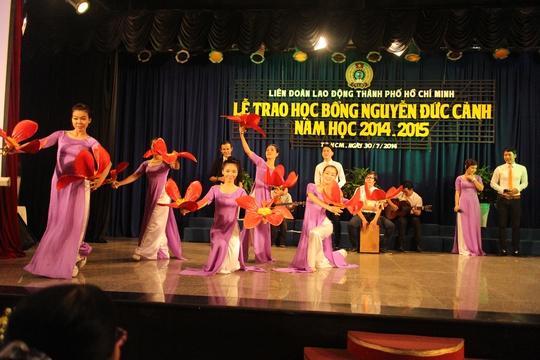 Chương trình văn nghệ tại lễ trao học bổng Nguyễn Đức Cảnh năm 2014 do LĐLĐ TP HCM tổ chức