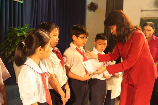 Bà Nguyễn Thị Thu, Chủ tịch LĐLĐ TP HCM, trao học bổng cho con CNVC-LĐ vượt khó, học giỏi