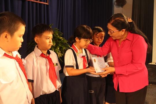 Bà Nguyễn Thị Bích Thủy, Phó Chủ tịch LĐLĐ TP HCM, tặng học bổng cho các em