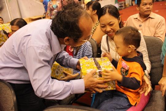Ông Nguyễn Hoàng Năng, Bí thi Đảng ủy Khối Dân Chính Đảng, tặng quà trung thu cho con CNVC-LĐ bị khuyết tật
