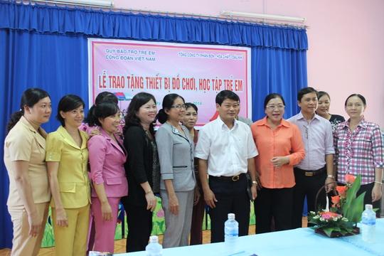 Quỹ Bảo trợ trẻ em Công đoàn Việt Nam trao đồ chơi cho Trường mầm non Sen Hồng