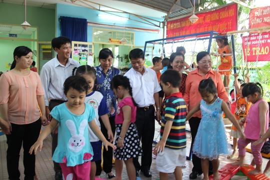 Các bé Trường mầm non Tân Tạo vui chơi với những đồ chơi vừa được tặng