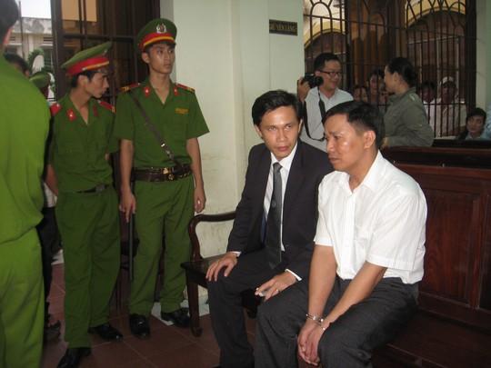 Bị cáo Vinh và luật sư trong giờ nghị án
