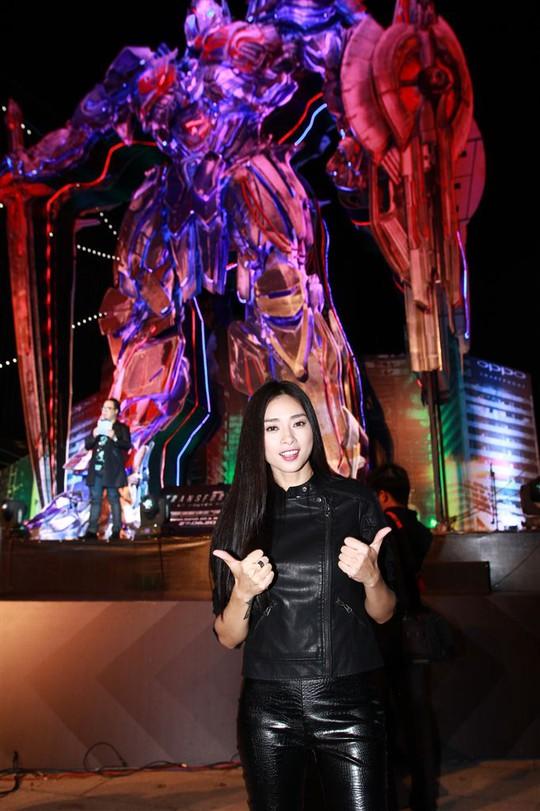 """""""Đả nữ"""" Ngô Thanh Vân tạo dáng bên mô hình Optimus Prime"""