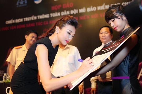 Siêu mẫu Thanh Hằng ủng hộ chữ ký cho chiến dịch toàn dân sử dụng mũ bảo hiểm đạt chuẩn