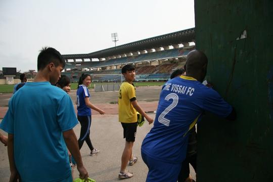 Cầu thủ Hoàng Vissai bực tức vì bảo vệ sân Ninh Bình không cho các phóng viên tiếp cận buổi tập đã xô cửa sân để phản ứng