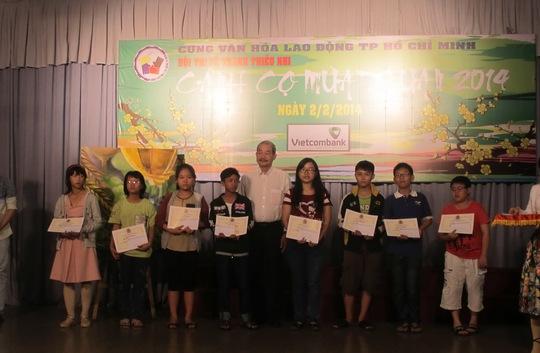 Ông Lê Hồng Triều, Giám đốc Cung VHLĐ TP HCM, trao giải cho các thí sinh xuất sắc