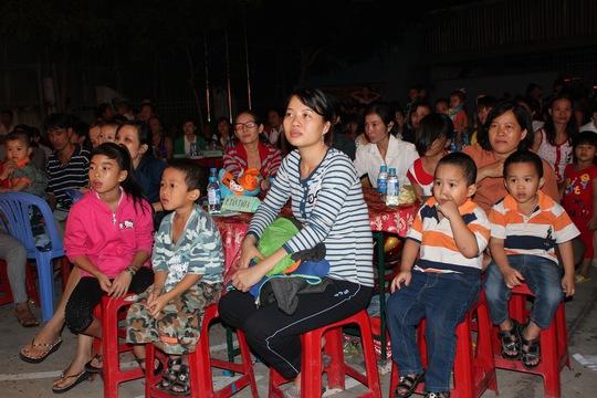 Gia đình công nhân vui vẻ thưởng thức chương trình văn nghệ