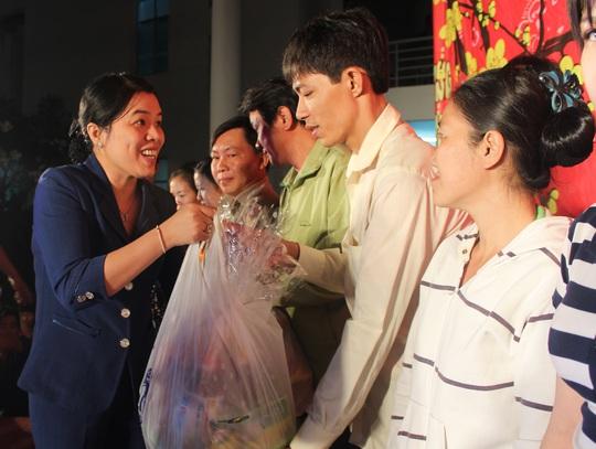 Bà Nguyễn Trần Phượng Trân, Phó Chủ tịch LĐLĐ TP trao quà cho gia đình công nhân